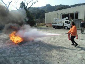 消火器による消化訓練の様子