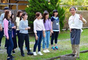 黒木支配人の話を聴く学生たち=宮崎市加江田の市自然休養村センター