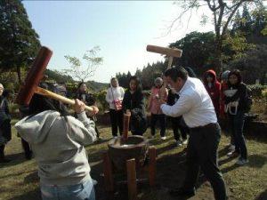 留学生と宮崎市民の交流餅つき